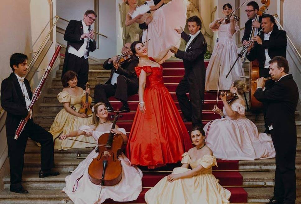 Wiener Residenzorchester Marketingbild - Musiker auf Treppe