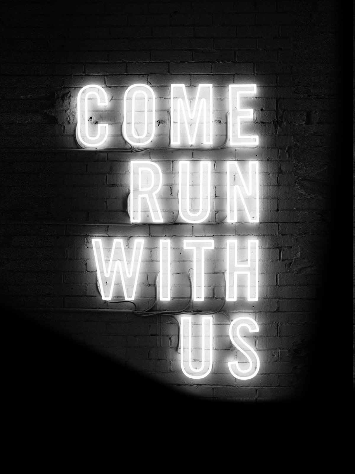 """Leuchtschrift auf Ziegelmauer """"come run with us"""""""