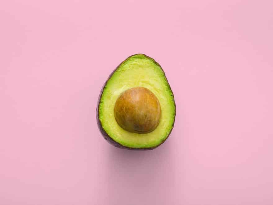 avocado auf rosa Hintergrund