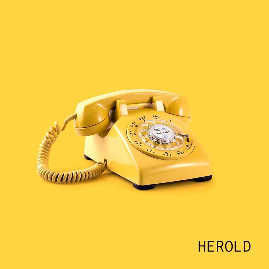 gelbes Telefon auf gelbem Hintergrund - portfolio webdesign herold