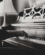 mann der auf klavier spielt