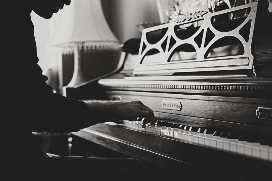 mann der auf klavier spielt in schwarz weiß - Wiener Hofburg-Orchester als Kunde von Slidebird
