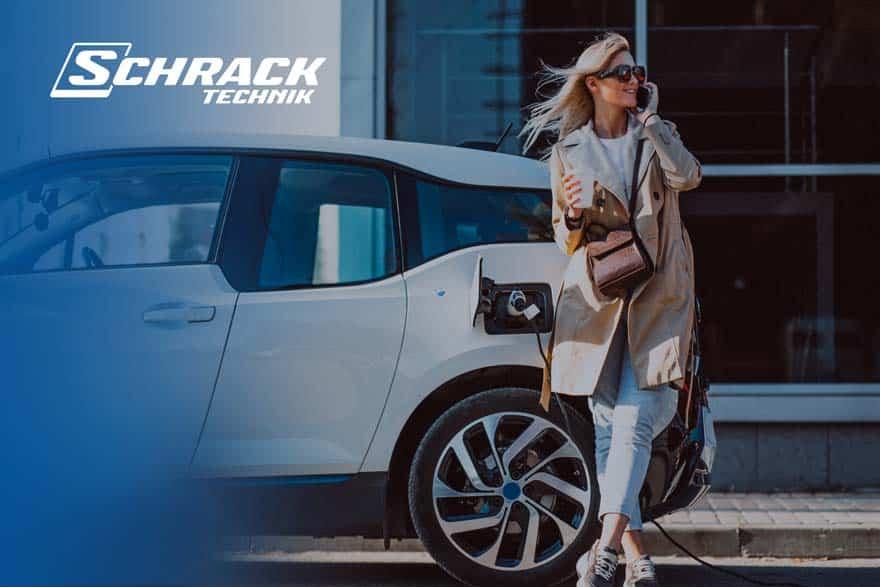 Frau am Auto lehnend für shooting für schrack technik webdesign portfolio